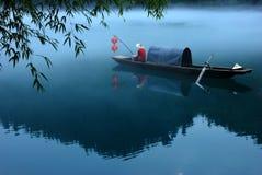 Nebeliger Fluss lizenzfreie stockfotografie