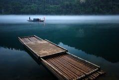 Nebeliger Fluss Stockfoto