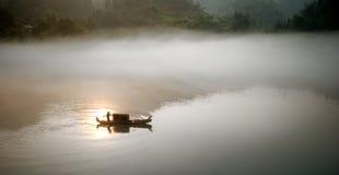 Nebeliger Fluss im Sonnenaufgang Stockfotos