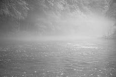Nebeliger Fluss in Schwarzweiss Lizenzfreies Stockbild