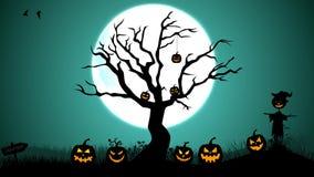 Nebeliger Friedhof Halloweens mit Baum, Vogelscheuche, Kürbis und dem hängenden Skelett stock video