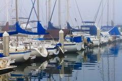 Nebeliger Hafen stockfoto
