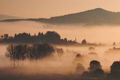 Nebeliger Herbstmorgen im böhmischen Paradies, Tschechische Republik Lizenzfreie Stockfotografie