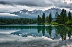 Nebeliger Morgen über kanadischen felsigen Bergen. Lizenzfreie Stockfotografie