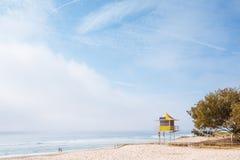 Nebeliger Morgen auf australischem Strand Stockbilder