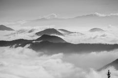 Nebeliger Morgen auf dem Berg Lizenzfreie Stockfotografie