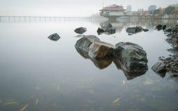 Nebeliger Morgen auf dem Dnieper-Fluss im Hintergrund der Stadt von Dnepropetrovsk, Ukraine Lizenzfreie Stockbilder