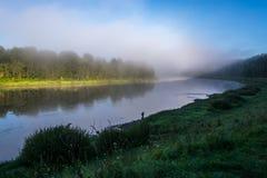 Nebeliger Morgen auf dem Fluss Volga. Stockfoto