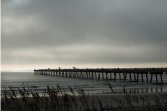 Nebeliger Morgen auf dem Strand Stockfoto
