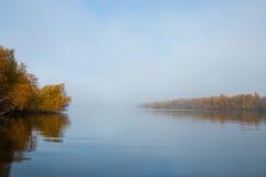 Nebeliger Morgen auf einem Fluss Lizenzfreie Stockbilder