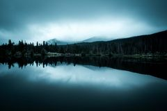 Nebeliger Morgen auf einem See Lizenzfreie Stockfotografie