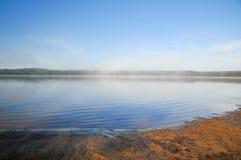 Nebeliger Morgen auf einem See in Abitibi, Québec Stockbild