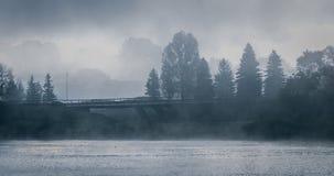 Nebeliger Morgen auf Sir John Macdonald Parkway alias die Ottawa-Fluss-Allee Stockfotos