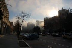 Nebeliger Morgen Bakus Stockfotos