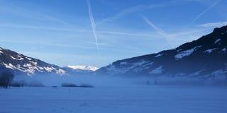 Nebeliger Morgen in den Alpen Stockbild