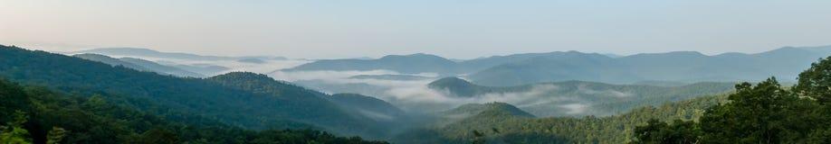 Nebeliger Morgen in den blaues Ridge-Bergen lizenzfreies stockfoto