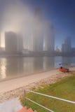 Nebeliger Morgen in der Mitte der großen modernen australischen Stadt Lizenzfreies Stockfoto