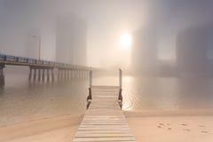 Nebeliger Morgen in der Mitte der großen modernen australischen Stadt Stockbilder