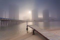 Nebeliger Morgen in der Mitte der großen modernen australischen Stadt Lizenzfreies Stockbild