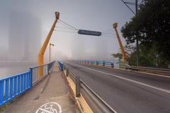 Nebeliger Morgen in der Mitte der großen modernen australischen Stadt Lizenzfreie Stockfotos
