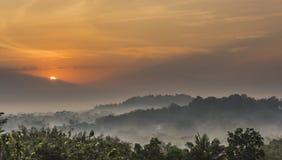 Nebeliger Morgen des Sonnenaufgangs Lizenzfreie Stockfotografie