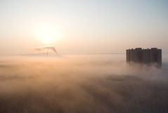Nebeliger Morgen in einer Stadt Lizenzfreies Stockfoto