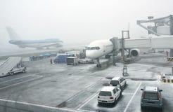 Nebeliger Morgen am Flughafen Stockfotos