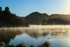Nebeliger Morgen Lake2 Lizenzfreies Stockfoto