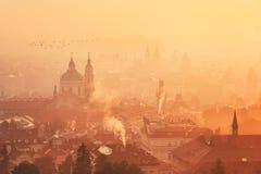 Nebeliger Morgen in Prag Stockbilder