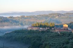 Nebeliger Morgen in Toskana Stockfoto