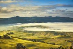 Nebeliger Morgen Toskana, Ackerland und Grünfelder Italien Lizenzfreies Stockbild