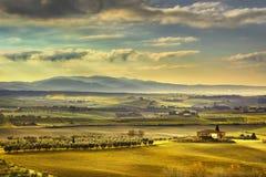 Nebeliger Morgen Toskana Maremma, Ackerland und Grünfelder Italien Lizenzfreies Stockfoto
