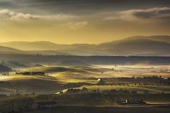 Nebeliger Morgen Toskana Maremma, Ackerland und Grünfelder Italien Stockfotos