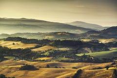 Nebeliger Morgen Toskana Maremma, Ackerland und Grünfelder Italien Lizenzfreie Stockfotos