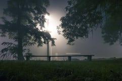 Nebeliger naher Park beleuchtet nebelhaftes Lizenzfreie Stockfotografie