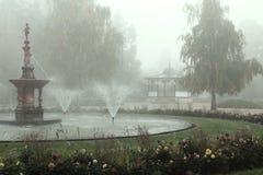 Nebeliger Park in der Stadt Stockfotografie