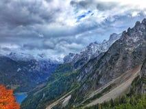 Nebeliger See Gosau an Dachstein-Berg in Salzkammergut, Österreich lizenzfreies stockfoto
