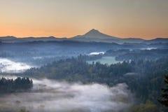 Nebeliger Sonnenaufgang über Sandy-Fluss und Montierungs-Haube Lizenzfreie Stockfotos