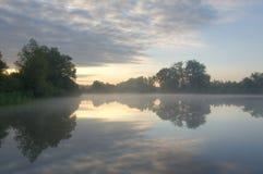 Nebeliger Sonnenaufgang Lizenzfreie Stockbilder