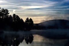 Nebeliger Sonnenaufgang Stockfotos