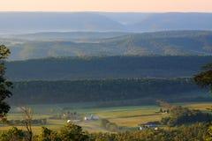 Nebeliger Sonnenaufgang auf dem Berg Lizenzfreie Stockfotos