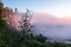 Nebeliger Sonnenaufgang auf dem Gebirgsfluss Stockbilder