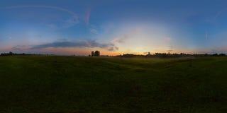 Nebeliger Sonnenaufgang auf kugelförmigem Panorama der Wiese Stockfotos