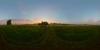Nebeliger Sonnenaufgang auf kugelförmigem Panorama der Wiese Lizenzfreies Stockfoto