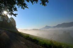 Nebeliger Sonnenaufgang in den Alpen Lizenzfreie Stockfotos