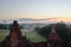 Nebeliger Sonnenaufgang an Tempel 761 Bagan myanmar Lizenzfreie Stockbilder