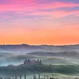 Nebeliger Sonnenaufgang in Toskana Stockbilder
