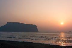 Nebeliger Sonnenaufgang während Märzes bei Seongsan Ilchulbong, Jeju-Insel, Südkorea lizenzfreie stockbilder