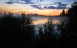 Nebeliger Sonnenuntergang Stockfotos