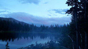 Nebeliger Sonnenuntergang lizenzfreies stockbild
